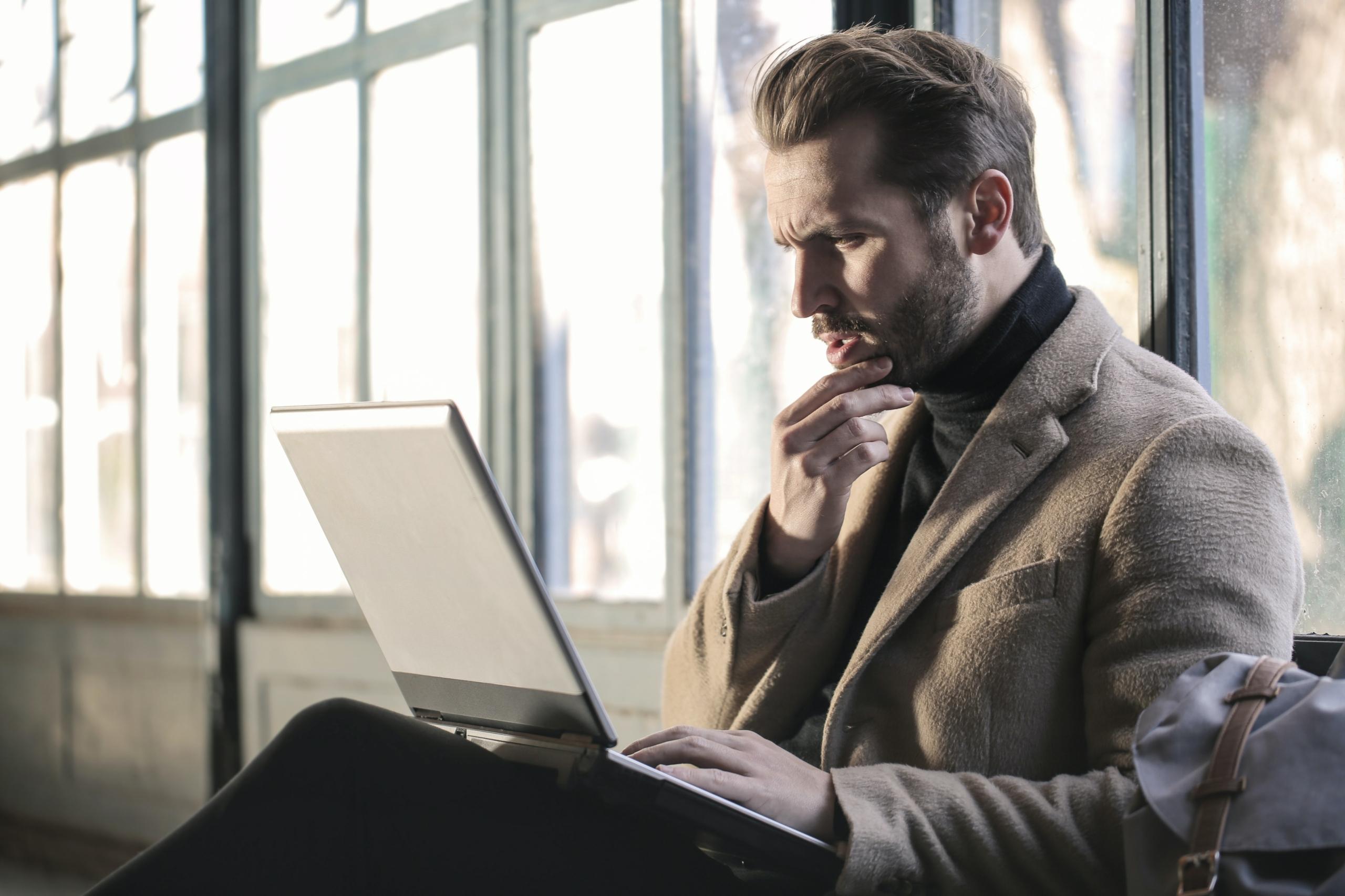Online vállalkozó laptop előtt